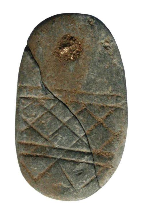 Kamienna płytka – symbol tożsamości rodowej (?) złożony do ziemi około 4500 lat temu